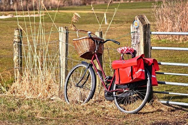 9c09a37691c96 Sakwa na rower damska może być w postaci torebki na ramię. Jeśli dużo ze  sobą nie zabieracie to z pewnością pomysł dla Was. Będzie również modnie  wyglądać.